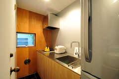 もう一つのキッチンの様子。ドアノブの先にトイレがあります。(2011-06-14,共用部,KITCHEN,1F)