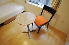 専有部にはテーブルと椅子が設置。(101号室)(2011-06-14,専有部,ROOM,1F)