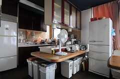 カウンターの様子。冷蔵庫は2台あります。(2013-06-18,共用部,KITCHEN,2F)