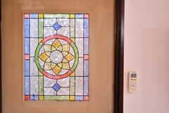 ガラスドアはステンドグラスのような模様が描かれています。フィルムではなく手書きです。(2019-10-24,共用部,OTHER,1F)