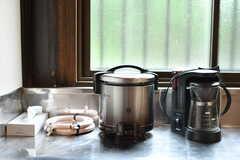 ガス炊飯器とコーヒーメーカーの様子。(2019-10-24,共用部,KITCHEN,1F)