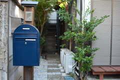 郵便受けとアプローチの様子。(2020-11-13,周辺環境,ENTRANCE,1F)