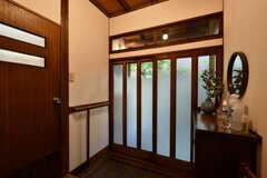 内部から見た玄関まわりの様子。(2020-11-13,周辺環境,ENTRANCE,1F)