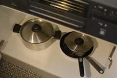 鍋やフライパンはコンロ下に収納されています。(2020-11-13,共用部,KITCHEN,1F)