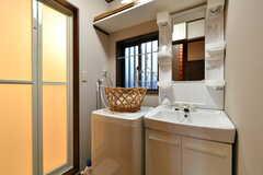脱衣室の様子。洗面台と洗濯機が設置されています。(2020-11-13,共用部,BATH,1F)
