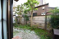 掃き出し窓からは庭に出られます。(101号室)(2020-11-13,専有部,ROOM,1F)