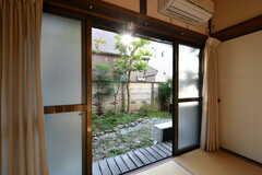 掃き出し窓から見た庭の様子。(102号室)(2020-11-13,専有部,ROOM,1F)