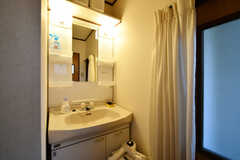 廊下に設置された洗面台。2階の各専有部からしかアクセスできないため、2階の入居者さん専用です。(2020-11-13,共用部,WASHSTAND,2F)
