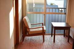 無垢材の床とひとり掛けソファの相性がぴったり。(201号室)(2020-11-13,専有部,ROOM,2F)