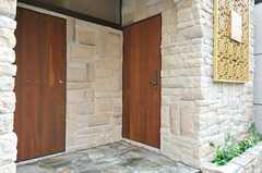 シェアハウスの玄関ドアの様子。(2012-09-21,周辺環境,ENTRANCE,1F)