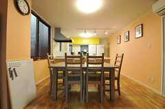 ダイニングスペースの奥がキッチンです。(2012-09-21,共用部,LIVINGROOM,2F)