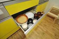 共用の食器は作業台の下に収納します。(2012-09-21,共用部,KITCHEN,2F)