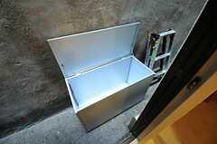 外には一時的なゴミ置き場が設置されています。(2012-09-21,共用部,OTHER,1F)