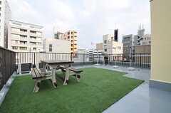 屋上の様子2。物干しスペースがあります。(2012-09-21,共用部,OTHER,5F)