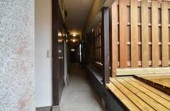 廊下の様子。突き当りにトイレとランドリー、左手に部屋が並んでいます。(2015-02-05,共用部,OTHER,2F)