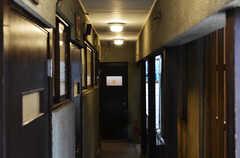 廊下は、ほの暗い雰囲気。(2015-02-05,共用部,OTHER,2F)
