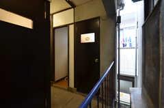 トイレのドアの様子。トイレの脇にランドリーがあります。(2015-02-05,共用部,OTHER,2F)