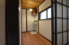 玄関の対面には洗面台があります。(201号室)(2015-02-05,専有部,ROOM,2F)