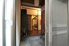玄関から見た内部の様子。奥はリビングです。(2011-12-06,周辺環境,ENTRANCE,1F)