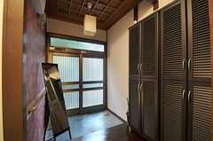 内部から見た玄関周りの様子。(2011-12-06,周辺環境,ENTRANCE,1F)