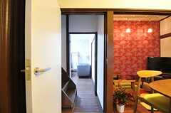 リビングに面したドアを開けると、階段の奥に103号室が見えます。(2011-12-06,共用部,OTHER,1F)