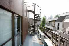 ベランダの様子。螺旋階段から屋上に上がれる。(2008-08-04,共用部,OTHER,3F)