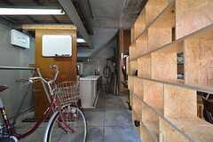 玄関から見た内部の様子。左手に自転車置き場があります。(2015-03-11,周辺環境,ENTRANCE,1F)