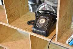 棚には、元からあったという黒電話。(2015-03-11,共用部,OTHER,1F)