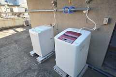 洗濯機は2台並んでいます。(2015-03-11,共用部,LAUNDRY,4F)