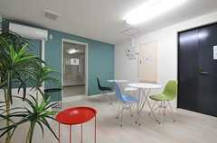 ラウンジの様子3。入口は2カ所あります。(2012-05-16,共用部,LIVINGROOM,3F)