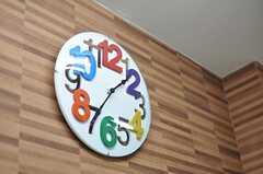 時計もカラフル。(2012-05-16,共用部,LIVINGROOM,3F)