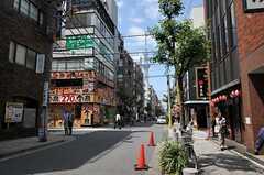 各線・錦糸町駅からシェアハウスへ向かう道の様子。スカイツリーがチラリ。(2012-05-16,共用部,ENVIRONMENT,1F)