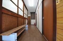 正面玄関から見た内部の様子。左手に手作りのシューズラックがあります。突き当たりがランドリールームで、リビングは2Fです。(2013-05-07,周辺環境,ENTRANCE,1F)