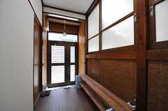 内部から見た玄関周辺の様子。(2013-05-07,周辺環境,ENTRANCE,1F)