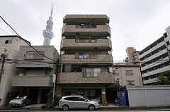 ビルの2-3Fがシェアハウスです。背景のスカイツリーが、何とも言えないカッコよさです。(2013-10-07,共用部,OUTLOOK,1F)