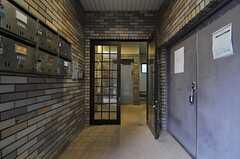 エントランスの様子。左手の壁にポストが設けられています。エントランスのドアはオートロックです。(2013-10-07,共用部,OTHER,1F)