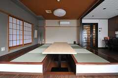 畳が敷かれた部分は小上がりとなっています。(2013-10-07,共用部,LIVINGROOM,2F)