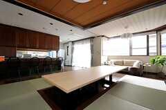 テーブルは小上がりに合わせて特注で造作されたもの。(2013-10-07,共用部,LIVINGROOM,2F)