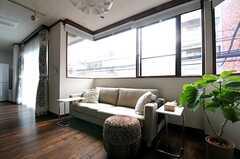 ソファスペースの様子。左手の掃き出し窓からベランダに出られます。(2013-10-07,共用部,LIVINGROOM,2F)