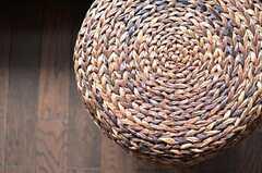 蔓で編まれたスツール。(2013-10-07,共用部,LIVINGROOM,2F)