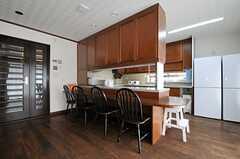 キッチンの外側はカウンターになっています。(2013-10-07,共用部,LIVINGROOM,2F)