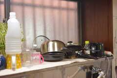 出窓スペースに共用の鍋やフライパンが置かれています。(2016-11-15,共用部,KITCHEN,1F)