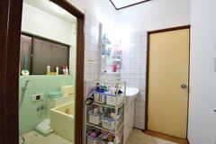 脱衣室の様子。ドアの先がウォシュレット付きトイレです。(2016-11-15,共用部,BATH,1F)