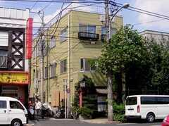 シェアハウス外観。(1階は蕎麦屋)(2005-08-29,共用部,OUTLOOK,1F)