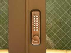 正面玄関に設置された番号式のロック(2005-08-29,周辺環境,ENTRANCE,1F)