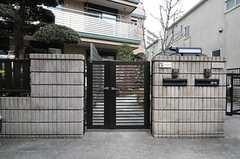 シェアハウスの門扉。(2012-02-28,共用部,OUTLOOK,1F)