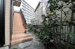 階段の先に玄関があります。(2012-02-28,周辺環境,ENTRANCE,1F)