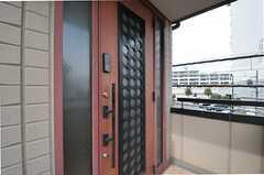 シェアハウスの正面玄関の様子。(2012-02-28,周辺環境,ENTRANCE,2F)