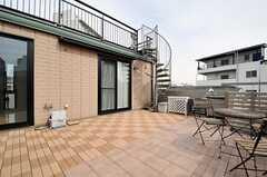 テラスの様子3。らせん階段より屋上へ上れます。(2012-02-28,共用部,OTHER,3F)