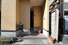 玄関は道路から少しだけ奥まったところにあります。(2014-01-14,周辺環境,ENTRANCE,1F)